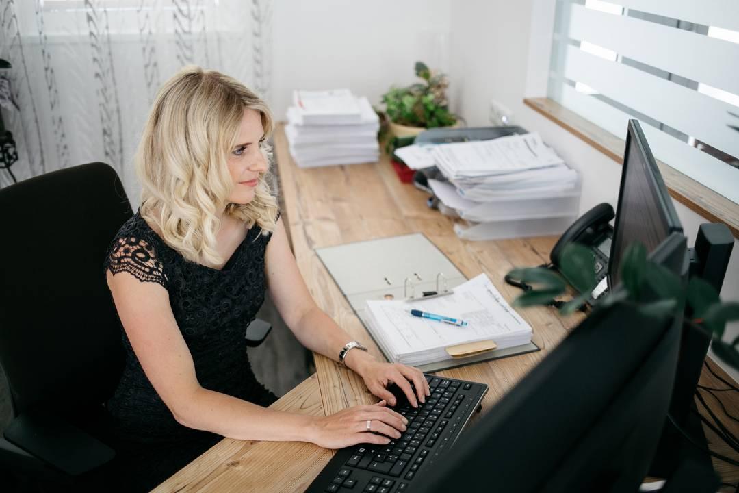 Ingrid Gsaller arbeitet am Computer