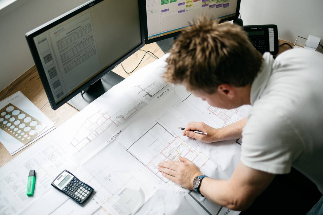Mitarbeiter arbeitet an Plan